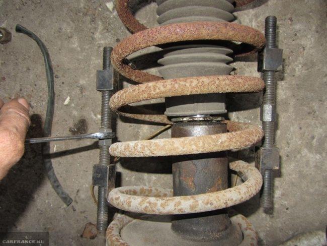 Сжатие пружин передней стойки автомобиля ВАЗ-2110 с помощью стяжек
