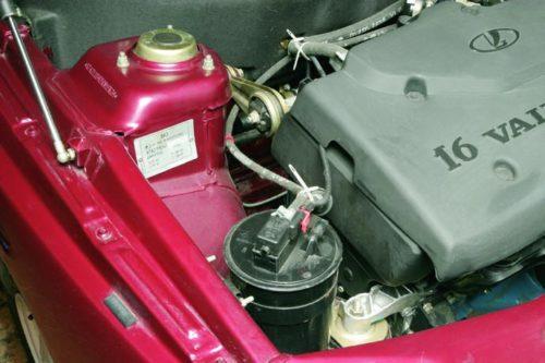 Моторный отсек автомобиля ВАЗ-2110, вид на идентификационную табличку