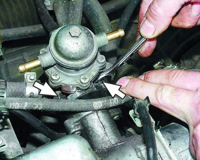 Гайки крепления топливного насоса в карбюраторном двигателе ВАЗ-2110