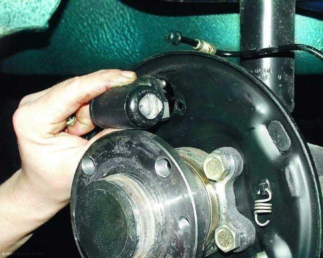 Осмотр рабочего тормозного цилиндра заднего колеса ВАЗ-2110