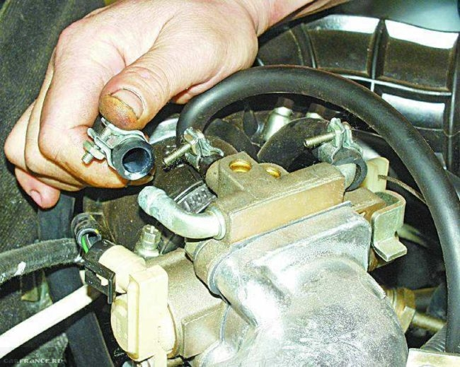 Отсоединение патрубка от дроссельного узла ВАЗ-2110