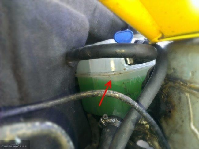 Расширительный бачок системы охлаждения в ВАЗ-2110 с указанием уровня антифриза