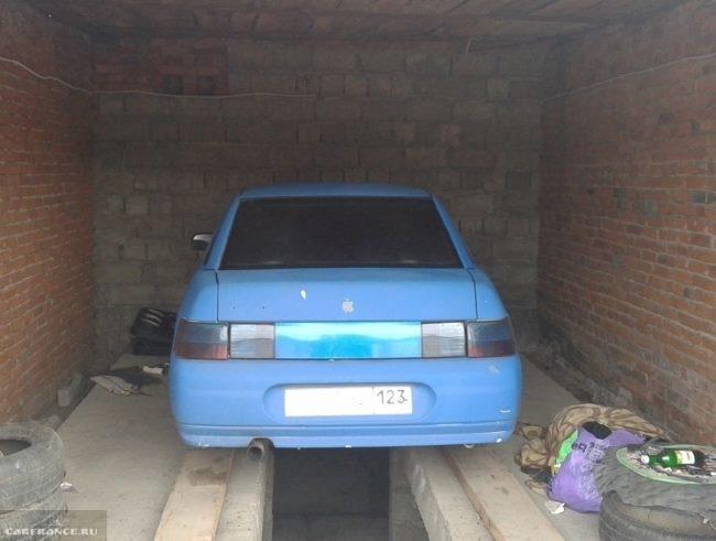 Гараж со смотровой ямой и автомобиль ВАЗ-2110 на ремонте