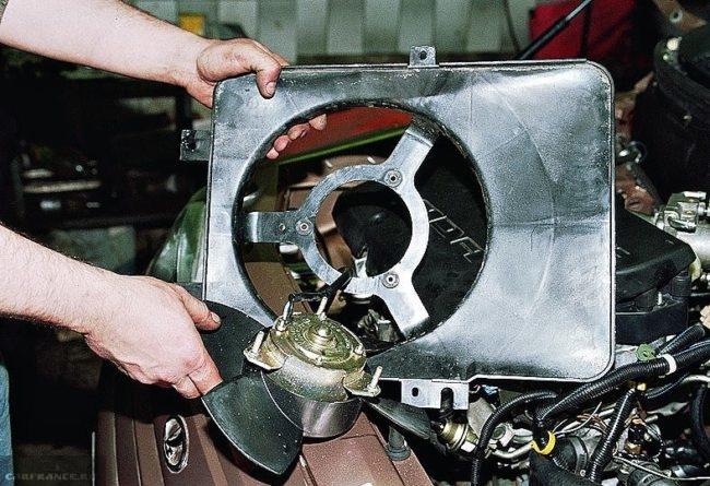 Процесс замены двигателя вентилятора радиатора ВАЗ-2110
