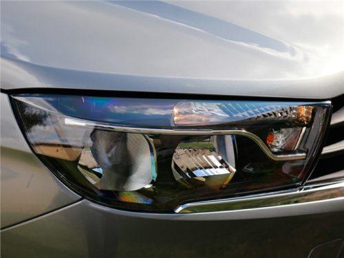 Передняя фара автомобиля Лада Веста 2018 модельного года