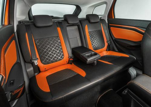 Задний ряд сидений с кожаной отделкой в салоне Лада Веста 2018 модельного года в версии с универсальным кузовом