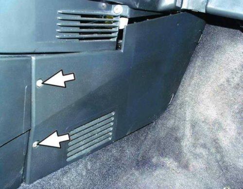 Винты крепления боковой облицовки тоннеля со стороны пассажира в ВАЗ-2110