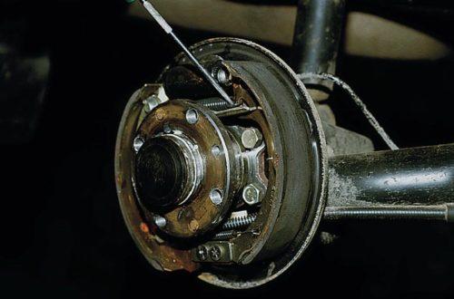 Отсоединение стяжной пружины колодки ВАЗ-2110 отверткой