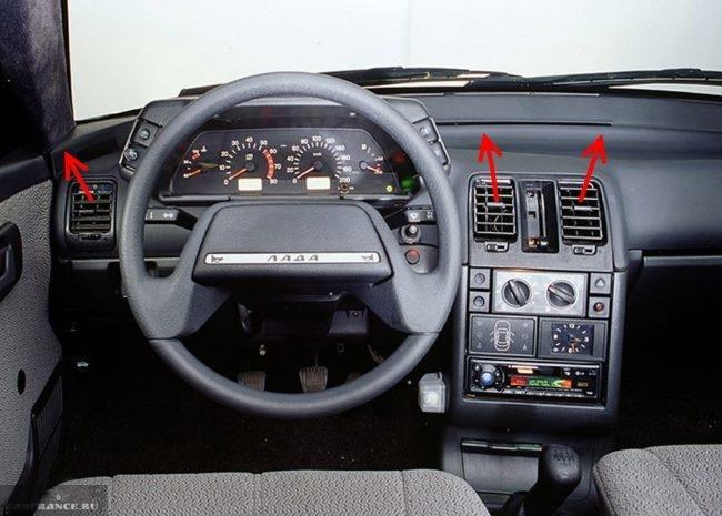Передняя панель, рулевое колесо и воздуховоды в салоне ВАЗ-2110