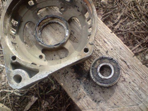 Передняя крышка генератора и старый подшипник от автомобиля ВАЗ-2110