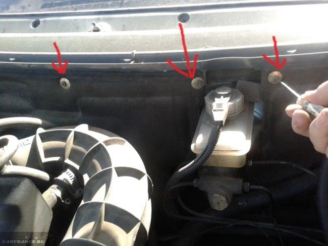 Винты крепления шумоизоляции моторного отсека под капотом автомобиля ВАЗ-2110