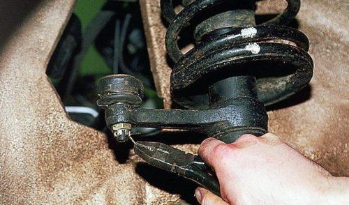 Извлечение шплинта гайки рулевого наконечника в ВАЗ-2110