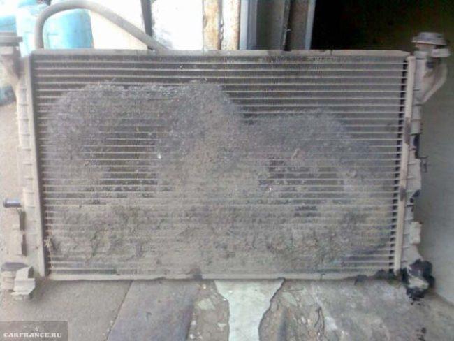 Забитый грязью радиатор охлаждения двигателя ВАЗ-2110