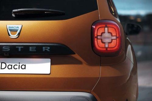 Залние фонари квадратной формы с крестообразными лампами на автомобиле Рено Дастер 2018 модельного года