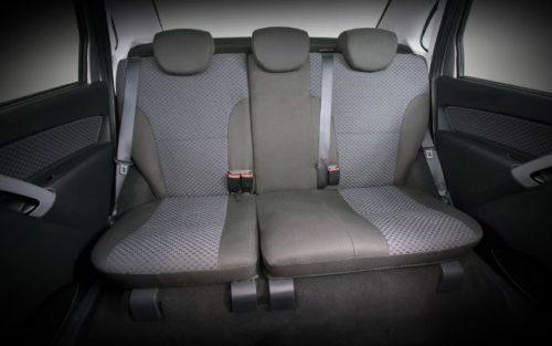 Задние сидения внутри автомобиля бюджетного класса Лада Гранта 2018
