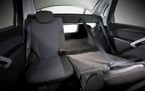 Задние сиденья со сложенной спинкой в салоне Лада Гранта 2018 модельного года
