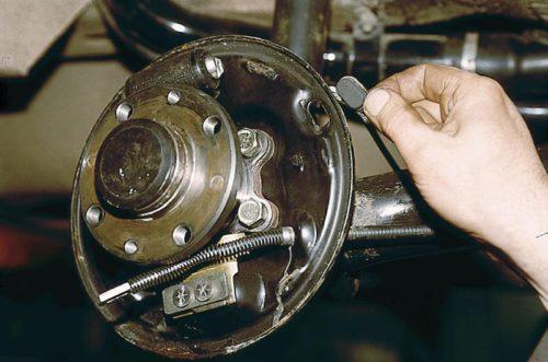 Смотровое окно для оценки состояния колодок заднего колеса ВАЗ-2110