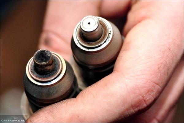 Снятая грязная форсунка с двигателя в сравнении с чистой