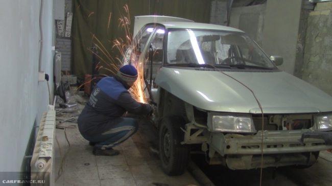 Процесс срезания гнилого порога ВАЗ-2110 болгаркой