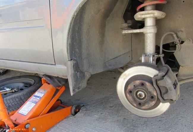 ВАЗ-2110 на домкрате без переднего правого колеса