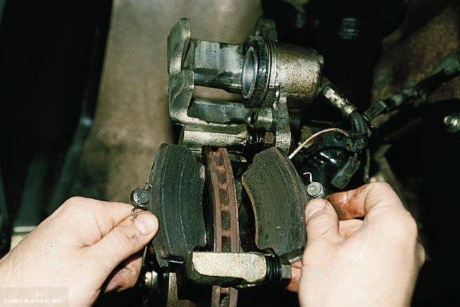 Демонтаж старых передних тормозных колодок ВАЗ-2110