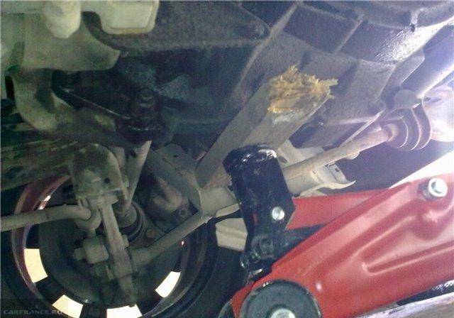 Коробка передач на домкрате под автомобилем ВАЗ-2110 и деревянная прокладка