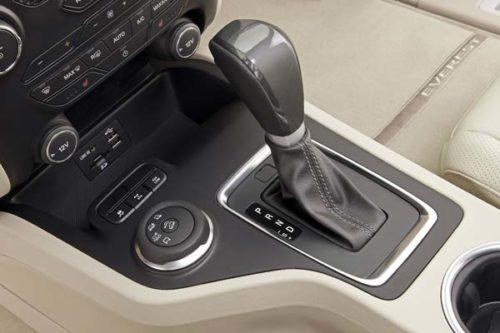Рычаг переключения передач автоматической коробки в новом Форд Эверест 2018 года производства