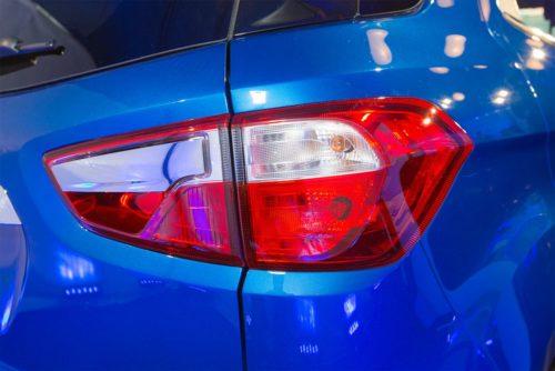 Задний фонарь вытянутой формы автомобиля Форд Экоспорт 2018 года производства