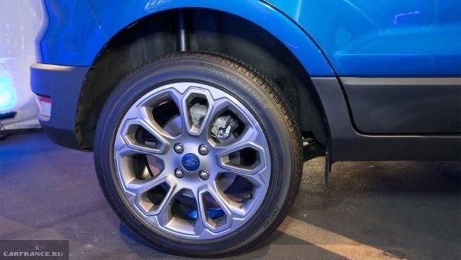 Заднее колесо с литым диском на кроссовере Форд Экоспорт 2018 года