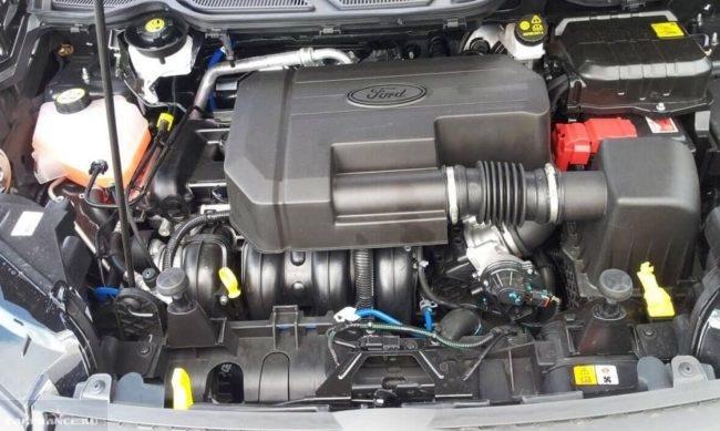 Моторный отсек с бензиновым двигателем в Форд Экоспорт 2018 модельного года