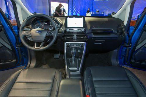 Рулевой колесо и передняя консоль внутри Форд Экоспорт 2018 года производства
