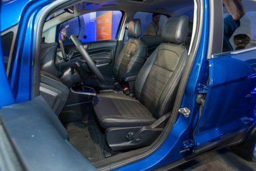 Передний ряд сидений в салоне Форд Экоспорт 2018 года выпуска