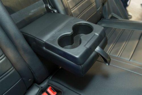 Откинутый подлокотник задних сидений в салоне кроссовера Форд Экоспорт
