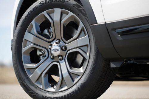 Внешний вид колесных дисков обновленного автомобиля Форд Эксплорер 2018 года