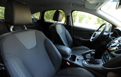 Передние кресла в салоне обновленного Форд Фокус 2018 года