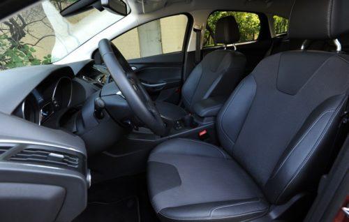 Передний ряд сидений в салоне Форд Фокус 2018 года производства