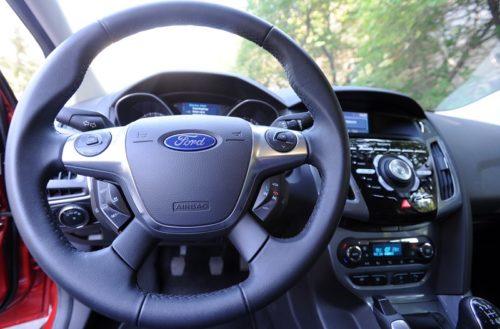 Рулевой колесо с кнопками управления мультимедийной системы в Форд Фокус 2018 года