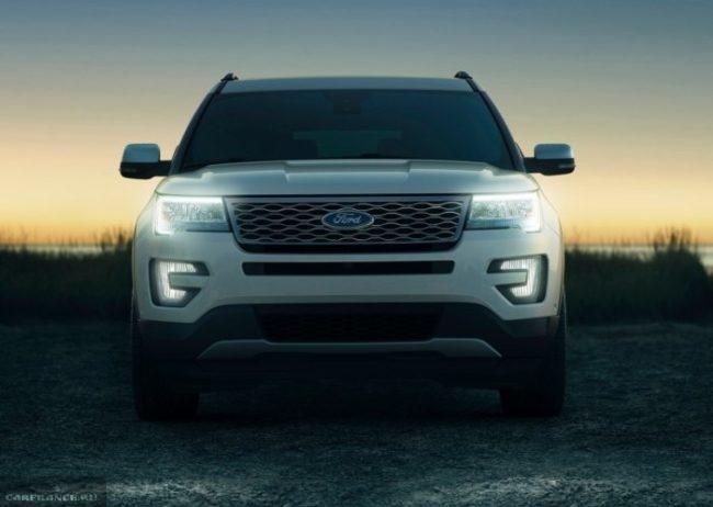 Американский автомобиль повышенной проходимости Форд Эксплорер 2018 года с включенными фарами