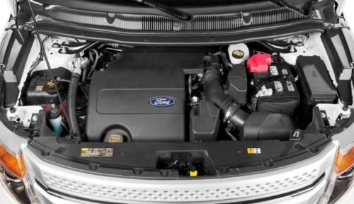 Моторный отсек внедорожника нового Форд Эксплорер 2018 года с бензиновым двигателем