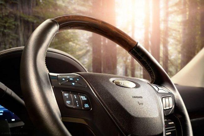 Рулевое колесо с кнопками управления в салоне внедорожника Форд Эксплорер 2018 года