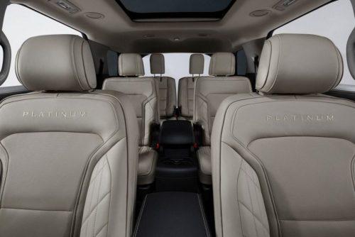 Кожаная оббивка сидений в автомобиле Форд Эксплорер 2018 модельного года