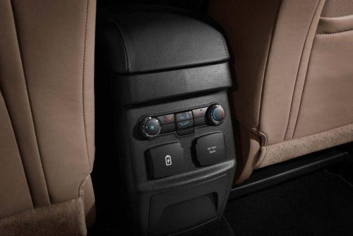 Органы управления климат-контролем и розетки на консоли заднего ряда сидений в Форд Эксплорер 2018 года