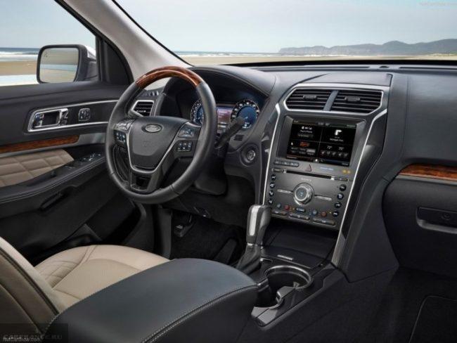 Органы управления в салоне автомобиля Форд Эксплорер 2018 модельного года