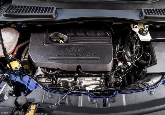 Моторный отсек с двигателем автомобиля Форд Куга 2018 модельного года