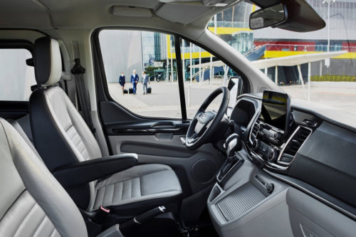 Передний ряд сидений и рулевое колесо внутри Форд Торнео Кастом 2018 года выпуска