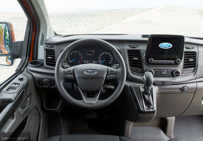 Рулевой колесо и передняя панель в салоне автомобиля Форд Торнео Кастом 2018 модельного года