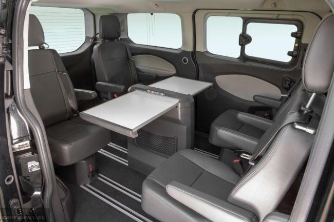 Пассажирский отсек в бизнес версии микроавтобуса Форд Торнео Кастом 2018 года производства