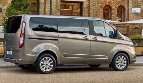 Внешний облик боковой части обновленной модели микроавтобуса Форд Торнео Кастом 2018 модельного года