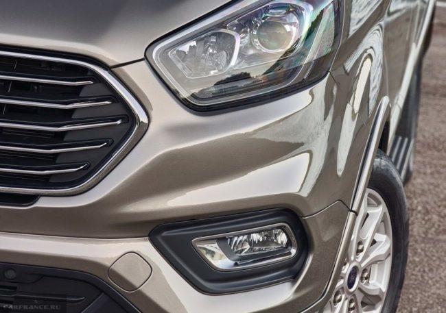 Головная оптика с ходовыми огнями и противотуманная фара в передней части Форд Торнео Кастом 2018 года