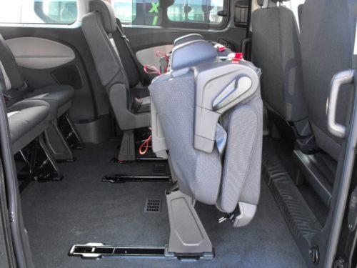 Сложенное и сдвинутое пассажирское сидение в салоне микроавтобуса Форд Торнео Кастом 2018 года